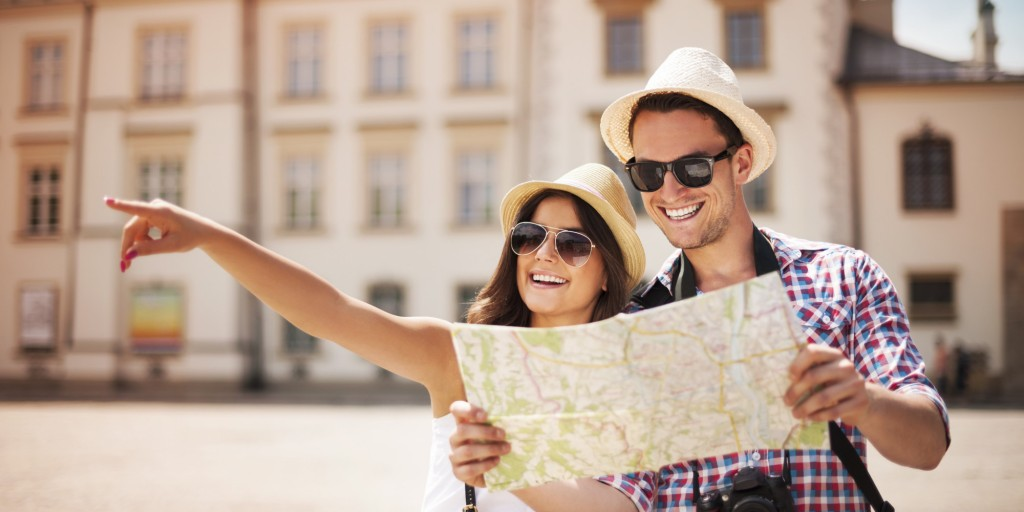 turistas-mirando-mapa-alquileres-turisticos-problematica-esvision
